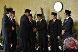 Presiden Susilo Bambang Yudhoyono (ketiga kiri) didampingi Ketua DPR Marzuki Alie (kedua kiri) dan Ketua DPD Irman Gusman (kiri) berjabat tangan dengan tiga Wakil Ketua DPR Priyo Budi Santoso (keempat kiri), Pramono Anung (ketiga kanan), Taufik Kurniawan (kedua kanan) dan Wakil Ketua DPD Laode Ida (kanan) jelang Sidang Bersama DPR-DPD di komplek Parlemen Senayan, Jakarta, Jumat (16/8). Sidang bersama tersebut mengagendakan pembacaan pidato kenegaraan memperingati HUT Kemerdekaan RI ke-68 oleh Presiden Susilo Bambang Yudhoyono. ANTARA FOTO/Puspa Perwitasari