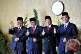 Wakil Ketua DPR Priyo Budi Santoso (kiri), Pramono Anung (kedua kiri), Taufik Kurniawan (kedua kanan) dan Wakil Ketua DPD Laode Ida menunggu kehadiran Presiden dan Wakil Presiden pada Sidang Bersama DPR-DPD di komplek Parlemen Senayan, Jakarta, Jumat (16/8). Sidang bersama tersebut mengagendakan pembacaan pidato kenegaraan memperingati HUT Kemerdekaan RI ke-68 oleh Presiden Susilo Bambang Yudhoyono. ANTARA FOTO/Puspa Perwitasari