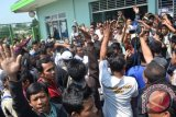 Ribuan calon penumpang Kereta Api (KA) ekonomi Rangkas Bitung memprotes PT KAI di stasiun Daru Kecamatan Jambe, Kabupaten Tangerang, Banten, Senin (23/9). Para penumpang memprotes atas adanya pembatasan penjualan tiket menjadi 100 tiket perhari, dan melarang kereta untuk berangkat ke Jakarta. FOTO ANTARA/Fajar Aditya/LR/nym/2013.