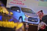 Pengunjung mengamati mobil Astra Daihatsu Ayla saat acara peluncurannya di Jakarta, Senin (9/9). Astra Daihatsu Ayla termasuk dalam Low Cost Green Car (LCGC), bermesin silinder 980-1200, dengan konsumsi bahan bakar 20 km per liter, dipasarkan di Indonesia dengan kisaran harga Rp 76 juta - Rp 106 juta dalam berbagai varian. ANTARA FOTO/Yudhi Mahatma