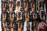 Perajin menunjukkan suvenir yang akan diekspor ke Brasil, di Desa Jiwut, Nglegok, Blitar, Jawa Timur, Sabtu (21/9). Aksesories