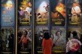 Pengunjung mengamati sejumlah poster film Indonesia yang akan diputar pada Festival Film Indonesia 2013, di CGV Yongsan, Seoul, Korsel, Kamis (26/9). Festival Film yang dibuka oleh Menko Perekonomian Hatta Rajasa itu merupakan yang pertama kali digelar di Korsel dan akan berlangsung hingga 2 Oktober mendatang. ANTARA FOTO/R. Rekotomo