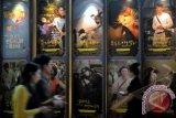 Pengunjung melintas di dekat sejumlah poster film Indonesia yang akan diputar pada Festival Film Indonesia 2013, di CGV Yongsan, Seoul, Korsel, Kamis (26/9). Festival Film yang dibuka oleh Menko Perekonomian Hatta Rajasa itu merupakan yang pertama kali digelar di Korsel dan akan berlangsung hingga 2 Oktober mendatang. ANTARA FOTO/R. Rekotomo