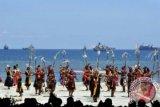 Sejumlah penari beraksi pada puncak Sail Komodo 2013 di Pantai Pede, Labuan Bajo, Kecamatan Komodo, Manggarai Barat, NTT, Sabtu (14/9). Puncak acara Sail Komodo tersebut dimeriahkan berbagai acara tradisional, parade 12 kapal perang, 10 kapal pemerintah dan 117 perahu layar (yacht) dari 17 negara. ANTARA FOTO/Andika Wahyu/nym/2013.