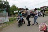 Polisi menangkap sejumlah pelajar SMA yang terlibat tawuran di kawasan jalan Lampiuneng, Banda Aceh, Selasa (10/9). Polisi menangkap 18 pelajar SMA 12 dan SMA 16 dan mengamankan senjata tajam dari tangan mereka karena menyerang SMAN-2 menyusul salah satu sekolah tidak menerima kekalahan dalam pertandingan bola pada Liga Pelajar Indonesia (LPI). ANTARA FOTO/Ampelsa/nym/2013.
