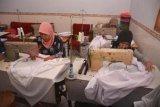 Bondowoso (Antara Jatim) - Sejumlah perajin menyelesaikan pembuatan mukena di Kelurahan Curahdami, Kecamatan Curahdami, Bondowoso, Jawa Timur, Kamis (10/10). Menjelang lebaran haji permintaan mukena meningkat dari 500 - 1000 potong per hari dengan harga Rp.70.000 - Rp.185.000 per potong yang digunakan untuk oleh-oleh haji. FOTO Seno/13/Chan.