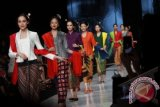 "Sejumlah model membawakan kebaya kain Obin dalam peragaan busana bertajuk ""Indonesia Memanggil"" di ajang Jakarta Fashion Week 2014, Fashion Tent di Jakarta, Jumat (25/10). (FOTO ANTARA/Teresia May)"