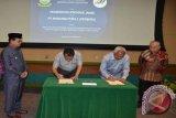 Sekretaris Daerah Provinsi Jambi Ir Syahrasaddin dan Dirut PT Angkasa Pura II Tri S. Sunoko, Selasa (29/10) di Tangerang, Banten, menandatangani Nota Kesepahaman tentang pengembangan Bandara Sultan Thaha Jambi. Penandatangan MoU juga disaksikan Wakil Gubernur Jambi Fachrori Umar (kiri) dan Komisaris PT Angkasa Pura (kanan). FOTO ANTARA/Ist