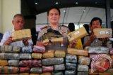 Kapolres Jakarta Utara Kombes Polisi M. Iqbal (tengah), Wakasad Narkoba Polres Jakarta Utara Kompol Tugiyono (kiri), dan Kasubag Humas Jakarta Utara Kompol Mashur Bujang Chaniago, menunjukkan barang bukti Ganja kering, di Polres Jakarta Utara, Rabu (16/10). Satuan Resnarkoba Polres Jakarta Utara berhasil menangkap seorang pengedar ganja berinisial AM dengan barang bukti 66 kilogram Ganja kering senilai Rp 330. 000. 000. ANTARA FOTO/Ujang Zaelani