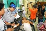 Salah seorang korban luka yang dirawat di rumah sakit Dirgahayu  pada kecelakaan yang menewaskan dua pengendara serta melukai delapan orang lainnya dengan melibatkan sebuah truk dan tujuh motor serta sebuah minibus yang juga menyebabkan robohnya pagar Kantor Dinas Pekerjaan Umum dan Kimpraswil Kaltim di Jalan Tengkawang Samarinda, Kamis sore sekitar pukul 17. 30 Wita. (Amirullah/ANTARA)