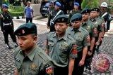 Polisi Militer mengawal enam prajurit Yonif Raider yang didakwa melakukan penganiayaan hingga menyebabkan kematian Rido Hehanusa pada 30 Mei 2013 lalu, saat mengikuti sidang perdana di Pengadilan Militer II-10 Semarang, Jateng, Selasa (19/11). Oditur Militer mendakwa keenam oknum TNI tersebut dengan pasal 351 KUHP tentang penganiayaan. ANTARA FOTO/R. Rekotomo/nym/2013.