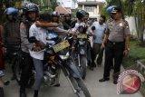 Sejumlah pelajar diamankan aparat kepolisian saat terjadi tawuran antar Sekolah Menengah Kejuruan (SMK) di Makassar, Sulsel, Kamis (28/11). Sejumlah pelajar dan senjata tajam berupa panah (busur) berhasil diamankan polisi dalam tawuran antar pelajar tersebut. ANTARA FOTO/Ekho Ardiyanto/nym/2013.