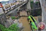 Warga menyaksikan kondisi bus Gunung Harta nopol N 7580 UA jurusan Jakarta-Ponorogo setelah mengalami kecelakaan kemudian terjun ke sungai, Ungaran, Kabupaten Semarang, Jateng, Selasa (31/12). Penyebab kecelakaan tunggal yang mengakibatkan tiga orang tewas itu masih dalam penyelidikan polisi. ANTARA FOTO/R. Rekotomo/nym/2013.