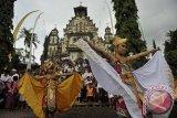 Sejumlah seniman membawakan Tari Merak Angelo yaitu tari kreasi perpaduan kesenian Bali dengan tari modern pada perayaan Hari Natal di Gereja Katolik Hati Kudus Yesus Palasari, Jembrana, Bali, Rabu (24/12). Umat Katolik di desa wisata tersebut telah mewarisi tradisi pentas kesenian, iringan gamelan Bali serta berpakaian adat Bali saat mereka ke Gereja. ANTARA FOTO/Nyoman Budhiana/nym/2013.