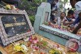Sejumlah Umat Kristen menyalakan dupa dan lilin saat berziarah ke makam keluarganya menjelang Hari Natal di Palasari, Jembrana, Bali, Selasa (24/12). Kegiatan tersebut dilalanjutkan dengan misa malam Natal di Gereja setempat. ANTARA FOTO/Nyoman Budhiana/nym/2013.