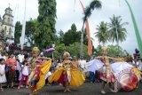 Sejumlah seniman membawakan Tari Merak Angelo yaitu tari kreasi perpaduan kesenian Bali dengan tari modern pada perayaan Hari Natal di Gereja Katolik Hati Kudus Yesus Palasari, Jembrana, Bali, Rabu (25/12). Umat Katolik di desa wisata tersebut telah mewarisi tradisi pentas kesenian, iringan gamelan Bali serta berpakaian adat Bali saat mereka ke Gereja. ANTARA FOTO/Wira Suryantala/wra/13.