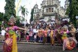 Sejumlah seniman membawakan Tari Kembang Girang yaitu tari kreasi perpaduan kesenian Bali dengan tari modern pada perayaan Hari Natal di Gereja Katolik Hati Kudus Yesus Palasari, Jembrana, Bali, Rabu (25/12). Umat Katolik di desa wisata tersebut telah mewarisi tradisi pentas kesenian, iringan gamelan Bali serta berpakaian adat Bali saat mereka ke Gereja. ANTARA FOTO/Wira Suryantala/wra/13.