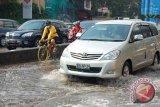 Tips mengendarai mobil di saat banjir
