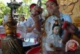 Vihara Dwipayana Denpasar gelar cuci dewa