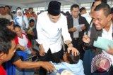 Gubernur NTB TGH M Zainul Majdi meninjau penumpang korban KMP Munawar Ferry tenggelam