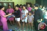 Bhayangkari Polda Sulut bantu seragam siswa korban banjir