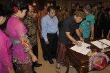 Ketua KPU Bali Dewa Wiarsa Raka Sandi bersama pimpinan Parpol menandatangani kesepakatan Pemilu damai di Kantor Gubernur Bali, Denpasar, Senin (17/2). Antara Foto/Nyoman Budhiana/nym/2014.