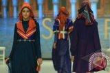 Model membawakan karya busana muslim dengan label Shafira rancangan desainer Fenny Mustafa bertajuk 'La Dolce Vita' pada Indonesia Fashion Week 2014 di Jakarta Convention Centre, Jakarta, Jumat, (20/2). Koleksi Shafira dalam IFW 2014 kali ini terinspirasi dari keindahan arsitektur dan alam Italia dengan pengunaan warna-warna ceria dalam busana dan hijab.  ANTARA FOTO/Teresia May
