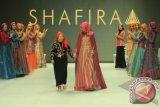 """Model membawakan karya busana muslim dengan label Shafira rancangan desainer Fenny Mustafa bertajuk """" La Dolce Vita"""" pada Indonesia Fashion Week 2014 di Jakarta Convention Centre, Jakarta, Jumat, (20/2). Koleksi Shafira dalam IFW 2014 kali ini terinspirasi dari keindahan arsitektur dan alam Italia dengan pengunaan warna-warna ceria dalam busana dan hijab.ANTARA FOTO/Teresia May"""