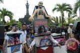 Sejumlah aktivis yang tergabung dalam Komisi Nasional Pengendalian Tembakau dengan kostum berkarakter zombie mengkampanyekan bahaya merokok di kawasan Monumen Bajra Sandhi di Denpasar, Minggu (16/2). Aksi tersebut dalam rangka sosialisasi penerapan peringatan bergambar pada kemasan dan promosi rokok serta ajakan kepada masyarakat agar mengindari merokok. ANTARA FOTO/Wira Suryantala/wra/14.