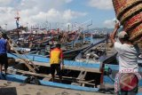 Sejumlah kapal nelayan bersandar di Pelabuahan Prigi, Watulimo, Trengglek, Jawa Timur, Minggu, (6/4). Tingginya permintaan solar menjelang musim ikan menyebabkan persediaan solar di SPBDN maupun SPBU sekitar pelabuhan cepat habis dan berpotensi terjadi ketidakseimbangan antara persediaan dengan kebutuhan. ANTARA FOTO/Sahlan kurniawan/nym/2014.