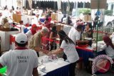 Warga Negara Indonesia di Singapura menggunakan hak suaranya dalam Pemilu 2014 di KBRI Singapura, Minggu (6/4). Sebanyak 112.123 WNI di Singapura tercatat sebagai pemilih tetap pada Pemilu 2014 dan 12.608 orang diantaranya menggunakan hak suaranya dengan menggunakan jasa Pos yang dikirim ke KBRI hingga 15 April 2014. ANTARA FOTO/Yunianti Jannatun Naim/nym/2014