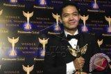 Bintang sinetron Dude Herlino menerima perhargaan Panasonic Gobel Awards 2014 kategori Aktor Terfavorit saat ditemui di malam puncak Panasonic Gobel di Jakarta, Sabtu (5/4). Penghargaan tersebut merupakan penghargaan keempat kalinya bagi Dude dalam Ajang Panasonic Gobel Awards 2014. ANTARA FOTO/ Teresia May