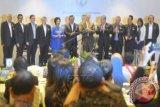 Pendiri Bill and Mellinda Gates Foundation, Bill Gates (keenam kanan) bersama Menkes Nafsiah Mboi (kelima kiri), Menkokesra Agung Laksono (keenam kanan) dan Ketua Tahir Foundation Dato Sri Tahir (kiri) serta sejumlah pengusaha yang ikut memberikan donasi dalam peluncuran The Indonesia Health Fund di Jakarta, Sabtu (5/4). Pada acara itu pendiri Microsoft dan orang terkaya di dunia tersebut mendonasikan dananya sebesar 40 juta dolar AS kepada The Indonesian Health Fund yang digunakan untuk mengatasi masalah kesehatan, seperti malaria, TBC, HIV-AIDS, demam berdarah dan Keluarga Berencana (KB). ANTARA FOTO/Wahyu Putro