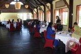 "Para calon legislatif perempuan multipartai di Bali menggelar diskusi ""Penguatan Peran Perempuan dalam Politik"" di sebuah hotel berbintang di kawasan wisata Pantai Kuta. Diskusi yang diselenggarakan Perum LKBN Antara Biro Bali bekerja sama dengan UNDP, bertujuan meningkatkan keterwakilan perempuan di parlemen pada pemilu legislatif 2014. ANTARA FOTO/Nyoman Aditya/wdy/14"