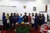 "Kepala Biro Perum LKBN Antara Bali, I Made Tinggal Karyawan, S.Sos., SH (tujuh dari kiri) bersama para caleg perempuan multipartai dalam diskusi ""Penguatan Peran Perempuan dalam Politik"" di sebuah hotel berbintang di kawasan wisata Pantai Kuta. Diskusi yang diselenggarakan Perum LKBN Antara Biro Bali bekerja sama dengan UNDP, bertujuan meningkatkan keterwakilan perempuan di parlemen pada pemilu legislatif 2014. ANTARA FOTO/Nyoman Aditya/wdy/14"
