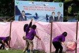 Sejumlah kader posyandu mengikui lomba memasang kelambu saat saat puncak Peringatan Hari Malaria Sedunia yang dipusatkan di Lapangan Merdeka, Ambon, Maluku, Senin (12/5). Peringatan Hari Malaria Sedunia dihadiri Wakil Menteri Kesehatan Ali Ghufron Mukti. ANTARAFOTO/izaac mulyawan/wdy/14