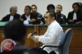 Mantan Ketua Umum Partai Demokrat Anas Urbaningrum menjalani sidang perdana dugaan gratifikasi proyek Hambalang dan proyek lainnya dengan agenda dakwaan di Pengadilan Tindak Pidana Korupsi (Tipikor) Jakarta, Jumat (30/5). ANTARA FOTO/Wahyu Putro A/wdy/14.