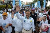 Menteri Pertanian, Suswono (tengah), mengikuti jalan sehat pada peringatan Hari Susu Nusantara (HSN) di Makassar, Sulsel, Minggu (1/6). Peringatan Hari Susu Nusantara merupakan bagian dari Hari Susu se-Dunia sebagai kampanye mengkonsumsi susu segar, diharapkan dapt berimbas pada peningkatan produksi susu dalam negeri untuk menuinjang ketahanan pangan. ANTARA FOTO/Sahrul Manda Tikupadang/wdy/14
