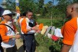 Direktur SDM Indocement Kuky Permana Kumalaputra (tengah berkaca mata putih), terjun langsung pada aksi bersih-bersih dan pengecatan masjid dan mushala di desa binaan perusahaan itu. ANTARA FOTO/HO-Humas Indocement/Andi Jauhari