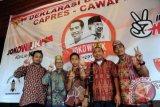 Sejumlah pria etnik Dayak Kalbar mengacungkan salam dua jari usai deklarasi dukungan terhadap capres/cawapres Jokowi dan Jusuf Kalla di Rumah Radakng, Pontianak, Jumat (4/7). Dewan Adat Dayak (DAD) Kalbar beserta sejumlah lembaga adat Dayak mendeklarasikan dukungan kepada pasangan capres/cawapres nomor dua, Jokowi dan Jusuf Kalla, karena dinilai mewakili simbol pluralisme serta diyakini mampu mengakomodir kepentingan masyarakat dan lembaga adat. ANTARA FOTO/Jessica Helena Wuysang