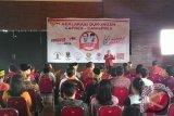 Ketua Dewan Adat Dayak Kalbar Yakobus Kumis mendeklarasi dukungan terhadap capres/cawapres Jokowi dan Jusuf Kalla di Rumah Radakng, Pontianak, Jumat (4/7). Dewan Adat Dayak (DAD) Kalbar beserta sejumlah lembaga adat Dayak mendeklarasikan dukungan kepada pasangan capres/cawapres nomor dua, Jokowi dan Jusuf Kalla, karena dinilai mewakili simbol pluralisme serta diyakini mampu mengakomodir kepentingan masyarakat dan lembaga adat. (Foto Antara Kalbar/Teguh Imam Wibowo)