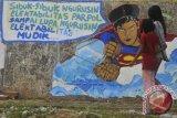 Warga melintas di depan mural yang bertemakan mudik di kawasan pinggir kali Kanal Banjir Barat di Jalan Ratu Harhari, Jakarta, Minggu (27/7). Mural tersebut berisikan kritikan terhadap tokoh politik yang hanya mengurusi partai politiknya. ANTARA FOTO/Zabur Karuru