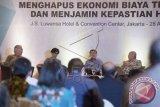 Wakil Presiden terpilih Jusuf Kalla (kedua kanan) bersama Ketua Umum Apindo Sofjan Wanandi (kanan), Sekretaris Tim Independen Reformasi Birokrasi Nasional Natalia Soebagjo (kedua kiri) dan Ketua Kehormatan REI Enggartiasto Lukita (kiri) menghadiri diskusi bertajuk 'Menghapus Ekonomi Biaya Tinggi dan Menjamin Kepastian Hukum' di Jakarta, Kamis (28/8). Jusuf Kalla berjanji akan menghidupkan kembali program apartemen murah untuk rakyat atau rumah susun milik (rusunami) dan rumah susun sewa (rusunawa) untuk mengatasi masalah permukiman kumuh di perkotaan seluruh Indonesia terutama di Jakarta. ANTARA FOTO/Rosa Panggabean/wdy/14.