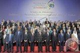 Presiden Susilo Bambang Yudhoyono (tengah) berfoto bersama Sekjen PBB Ban Ki Moon (kelima kanan), Perdana Menteri Timor Leste, Xanana Gusmao (kelima kiri), Menlu Marty M. Natalegawa (keempat kiri) dan sejumlah delegasi negara peserta saat pembukaan Forum Global ke-6 Aliansi Peradaban PBB (UNAOC) di Nusa Dua, Bali, Jumat (29/8). Kegiatan yang berlangsung dua hari tersebut dihadiri sekitar 1.200 peserta yang terdiri dari kepala negara, perwakilan pemerintah, menteri luar negeri, dan anggota aliansi untuk saling bertukar informasi antar peradaban menyangkut pendidikan, kepemudaan, media dan migrasi. ANTARA FOTO/Nyoman Budhiana/wdy/14.