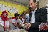 Wakil Ketua KPK Zulkarnain menyerahkan sampel urin ketika diadakan pemeriksaan urin untuk pegawai KPK di Gedung KPK Jakarta, Senin (11/8). Badan Narkotika Nasional (BNN) melakukan pemeriksaan urin untuk mengantisipasi penyalahgunaan narkoba dan obat-obatan terlarang lainnya oleh pegawai KPK. ANTARA FOTO/Wahyu Putro A/wdy/14.