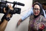 Gubernur Banten non aktif, Ratu Atut Chosiyah bersiap sebelum mengikuti sidang vonis di Pengadilan Tipikor, Jakarta Selatan, Senin (1/9). Atut dituntut 10 tahun penjara dalam kasus suap penanganan sengketa Pilkada Lebak. ANTARA FOTO/Vitalis Yogi Trisna/wdy/14.