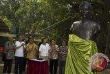 Ketua Dewan Pemgawas Taman Margasatwa Ragunan Hashim Djojohadikusumo (ketiga kanan) didampingi Sekretaris Daerah DKI Jakarta Saefullah (ketiga kiri) meresmikan patung Raden Saleh di Taman Margasatwa Ragunan, Sabtu (20/9). Peresmian patung ini merupakan rangkaian dari peringatan hari jadi Taman Margasatwa Ragunan yang ke-150 tahun. ANTARA FOTO/Vitalis Yogi Trisna/wdy/14.