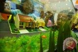 Warga mengunjungi gerai pengembang dalam Pameran Rumah Rakyat 2014 di JCC, Jakarta, Rabu (3/9). Pameran rumah subsidi yang diselenggarakan oleh Kementerian Perumahan Rakyat itu berlangsung hingga 7 September 2014. ANTARA FOTO/Ismar Patrizki/ed/mes/14
