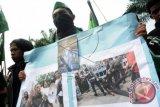Sejumlah aktivis Himpunan Mahasiswa Islam (HMI) Pontianak berunjuk rasa mengutuk aksi kekerasan yang dilakukan oleh petugas kepolisian, di Mapolda Kalbar, Selasa (30/9). Mereka menuntut Polda Kalbar untuk bertanggung jawab atas aksi kekerasan yang dilakukan oleh petugas kepolisian terhadap para mahasiswa saat unjuk rasa di DPRD Kalbar pada Senin (29/9) kemarin, hingga mengakibatkan Ketua HMI Pontianak, Abang Basyar serta sejumlah aktivis mahasiswa lainnya terluka dan harus menjalani rawat inap di rumah sakit. ANTARA FOTO/Jessica Helena Wuysang