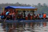 Pasuruan (Antara Jatim) - Kapal Naga membawa rombogan sesepuh, warga desa, dan sesaji yang akan dilarung di tengah Ranu (danau) Grati, Grati, Pasuruan, Jatim, Sabtu (16/11). Larung sesaji di Ranu Grati digelar untuk merayakan Tahun Baru Islam dan sebagai bentuk pelestarian budaya, serta menyelamati tujuh desa yang ada di sekitar Ranu Grati. ANTARA FOTO/Adhitya Hendra/14.